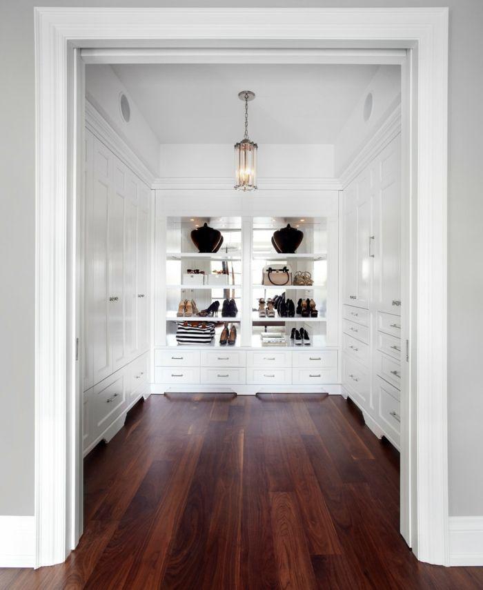 Mondäner Kleiderschrank in Weiß mit Holzboden-Üppiger begehbarer ...