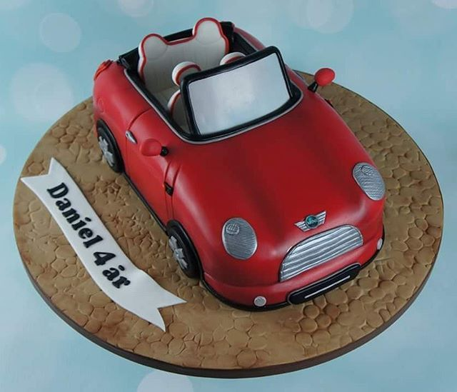 En super flot formet bil kage til Daniels fødselsdag 🎁🎂🎈🎉 . #bilkage #københavnskage #amagerkage #fødselsdagskage #fødselsdag #formetkage #københavn #minicooper #minicake #carcake #bakemyday #fødselsdagsgave
