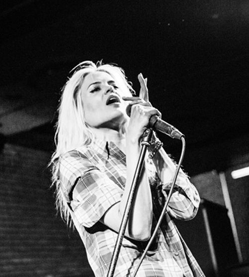 #AlisonMosshart this pic so cool, she's not even smoking
