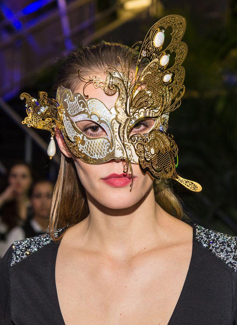Abendkleid Nuit by Vera Mont Abendrobe mit edlen Swarovski Applikationen schwarz - günstig mieten bei dresscoded.com. Foto:Dan Heisenberg #dresscoded.com