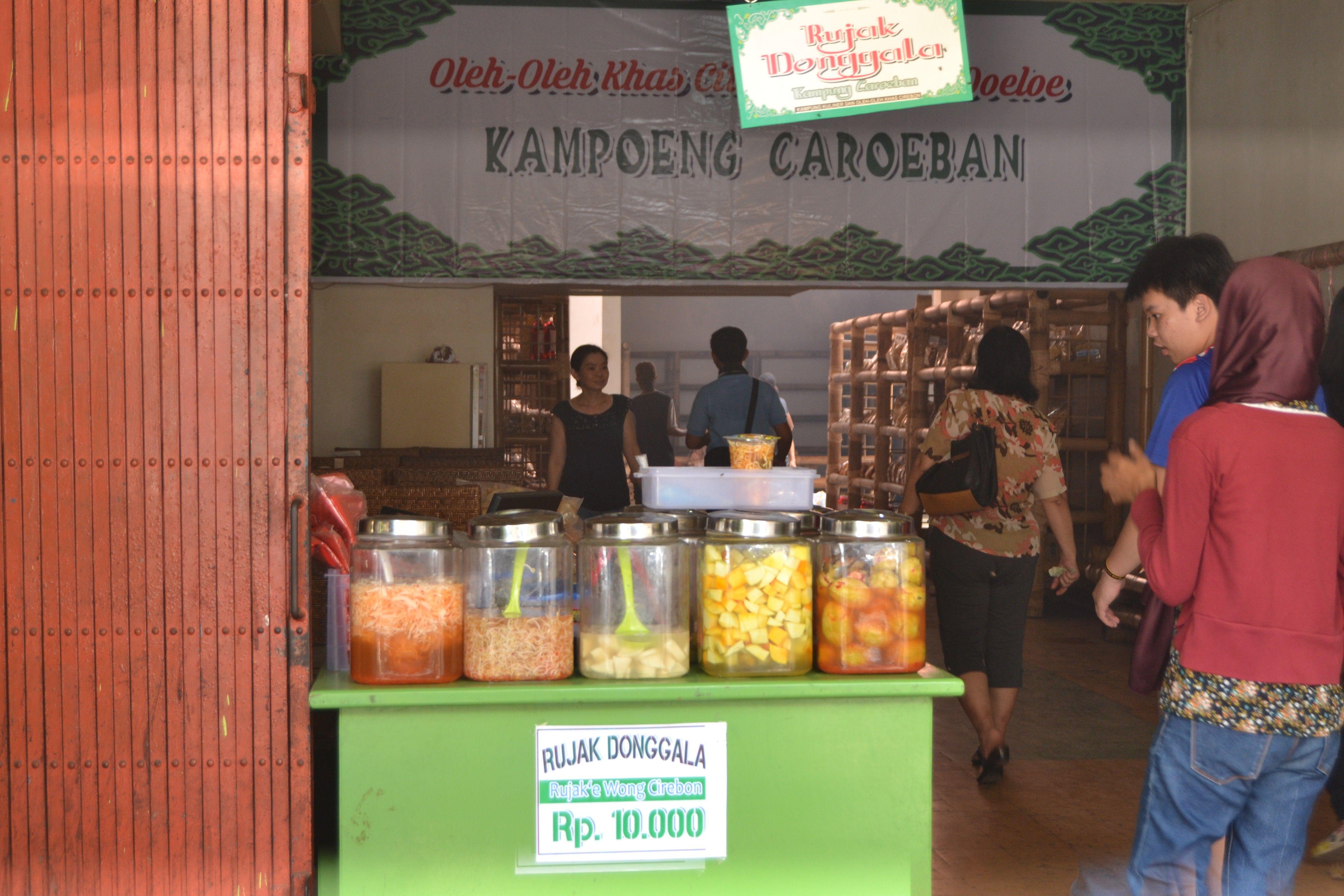 Rujak Donggala Asli Dibuat Dengan Cara Tradisi Cirebon