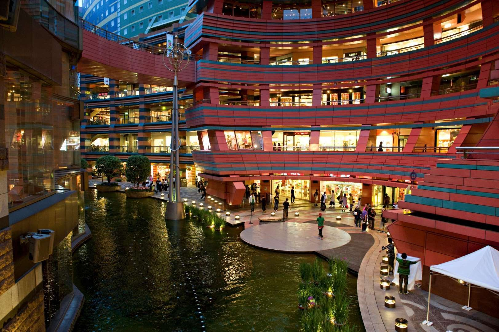 FUKUOKA CITY, FUKUOKA PREFECTURE, JAPAN - 2008/06/01: View of Canal City in Hakata district, the biggest shopping mall in Fukuoka City, built around an artificial canal running off the Naka river.. (Photo by Rio Helmi/LightRocket via Getty Images)