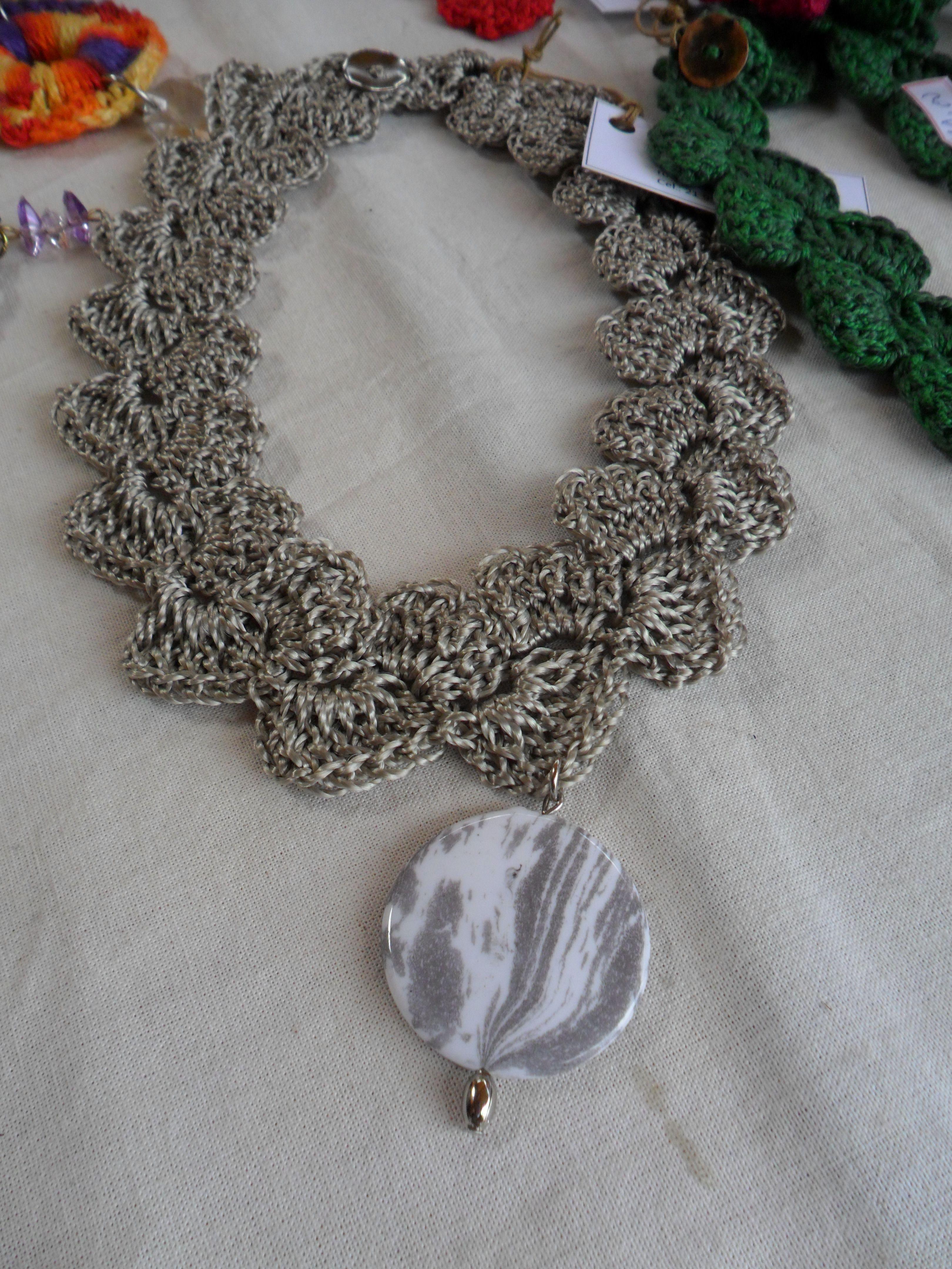 gargantilha fio de seda com pingente em resina