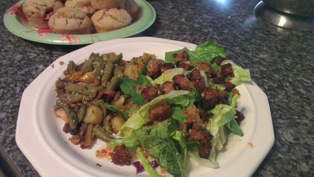 Hier ist Teil 2 von Jassys Mittagessen: der Salat mit den selbstgemachten Croutons.