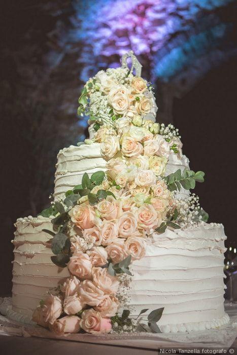 Torta a piani con effetto ruffle cake con decorazione di fiori freschi  matrimonio nozze sposi sposa torta tortanuziale wedding weddingcake