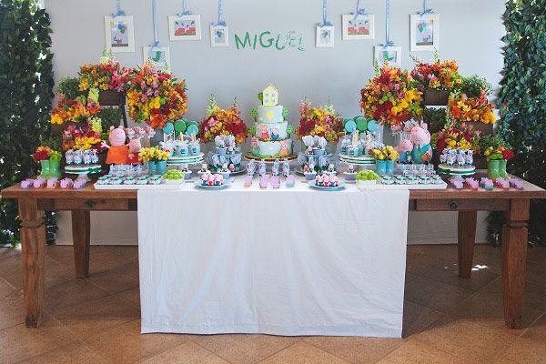 George, o irmão da Peppa Pig, foi o protagonista da festa de 1 ano do Miguel! A decoração, assinada pela Arquiteta de Fofuras, foi nas cores azul e verde.