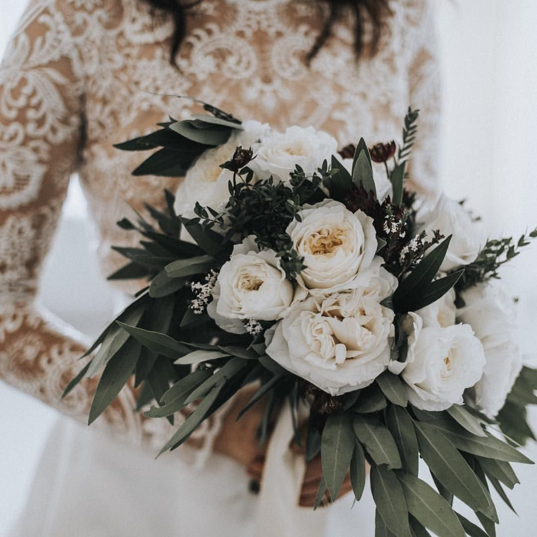 Sticking to a white color palette ensures a bridalwinter vibe I