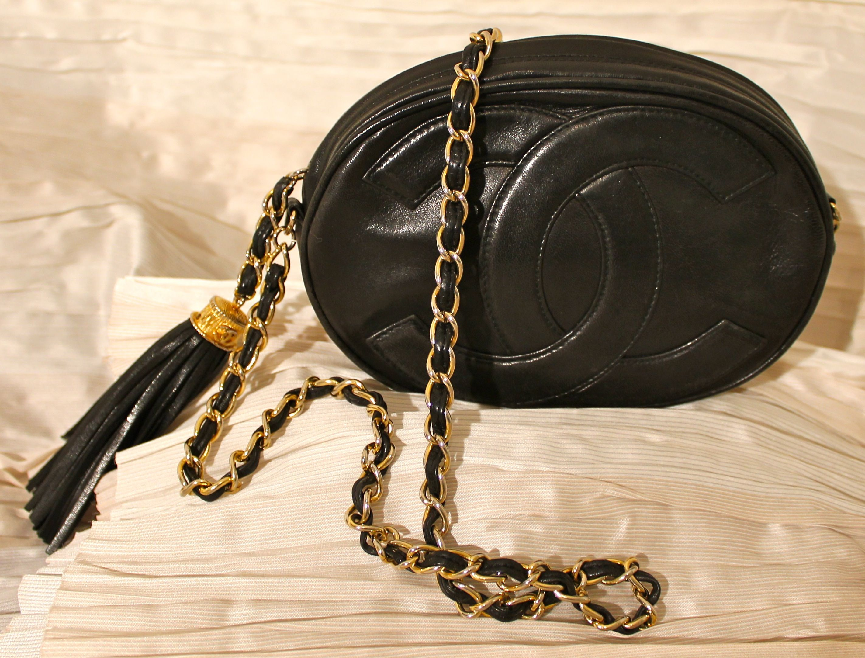 830f138bd3 Borsetta Chanel in agnello nero. Tracolla con catena, chiusura con zipper e  maxi nappa