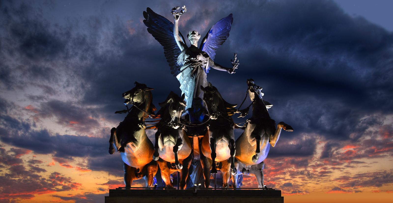 Chariot of fire | A look at the quadriga atop London's Wellington Arch in Hyde Park.  #London #UK #sharkshock #photography #arch