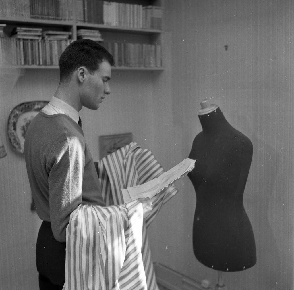 Visning av William Duborgh Jensens aller første kolleksjon i Riddervoldsgate 9 på Frogner i Oslo, våren 1958. William i arbeid. Fotograf: Strand Arkivreferanse: PA-0797_Ud_2271_001_012