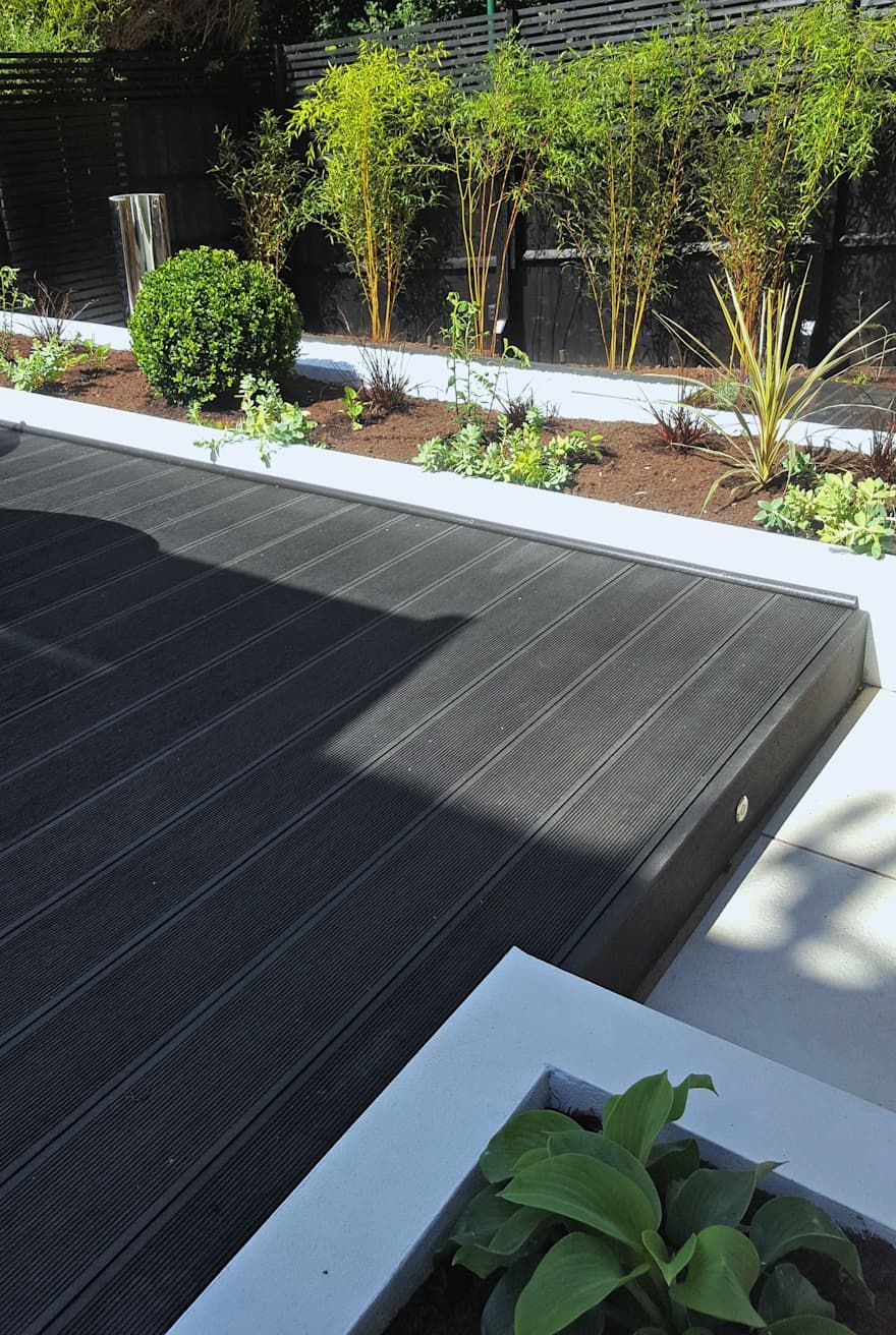 Contemporary Terraced 'Black & White' Garden by Gardenplan Design is part of Black garden Decking - Find home projects from professionals for ideas & inspiration  Contemporary Terraced 'Black & White' Garden by Gardenplan Design   homify