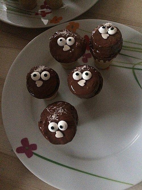 Kleine Kuchen im Waffelbecher  Essen und Trinken
