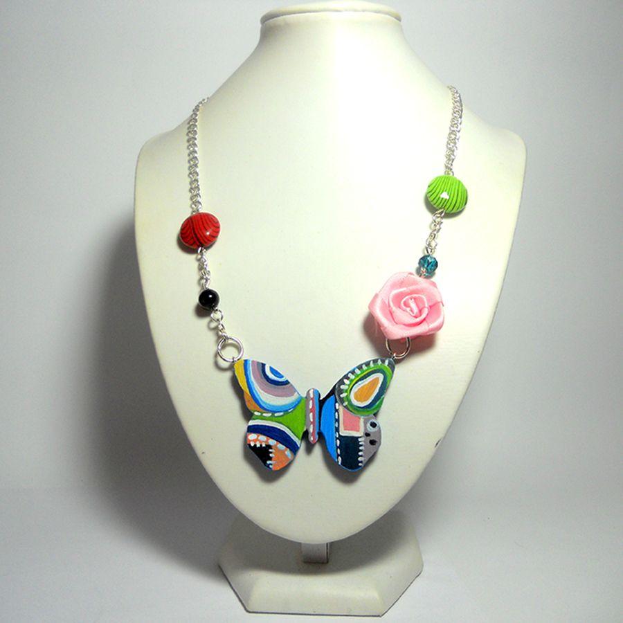 Il pendente a forma di farfalla dipinto a mano, che sa di primavera! #collanedipinte #pendentefarfalla