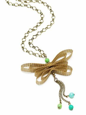Colgante con mariposa  hecha a mano  en cinta rustica de algodon  y cuentas de colores  en tonos turquesa-verdosos.  Cadenas en color bronce antiguo.
