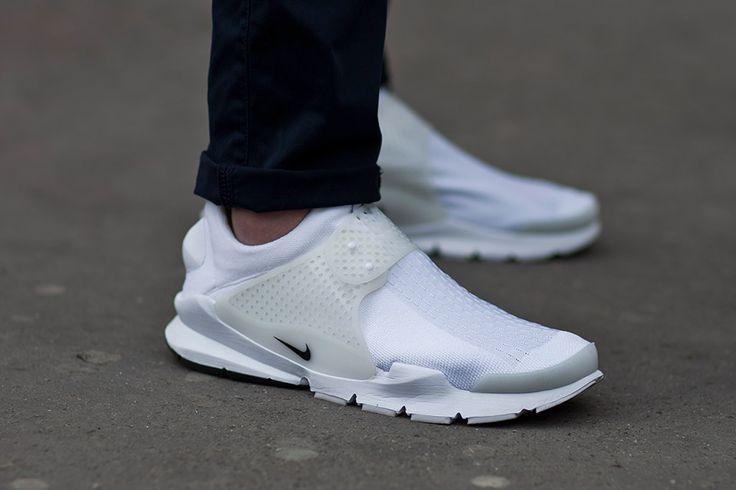 newest eec6d aeb63 Este nuevo modelo de sneakers blancas de Nike es futurista pero súper  cómodo y elegante.  moda  sneakers  blancas  nike  hombre