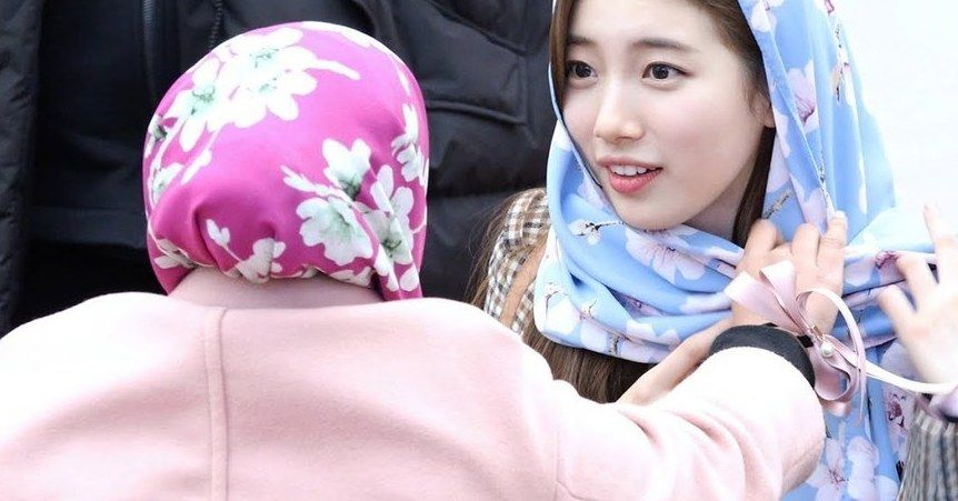 People Are Loving Suzy S Reaction To Being Gifted A Hijab By A Muslim Fan In 2019 Harry Potter Crossover Suzy Bae Suzy