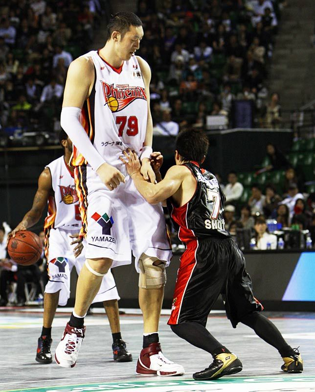 Top 10 Tallest Persons Of The World Pouted Com Giant People Tall People Shortest Basketball Player