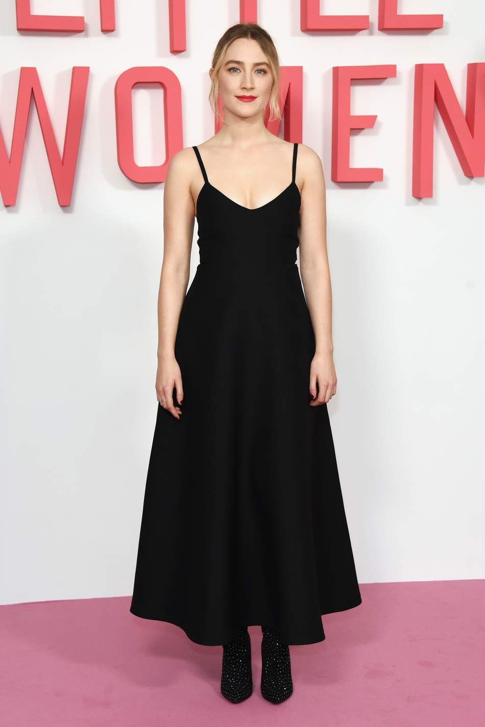 Who Saoirse Ronan What A Simple Black Dress By Maison Valentino And Bejeweled Pointed Boots Prove That Less Can Black Dress Red Carpet Nice Dresses Dresses [ 1425 x 950 Pixel ]