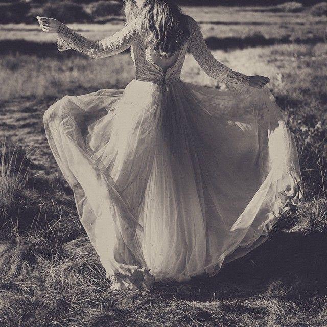 Novias desenfadadas, novias de campo con encaje guipour y plumeti @pablo_laguia #noviasnavascues