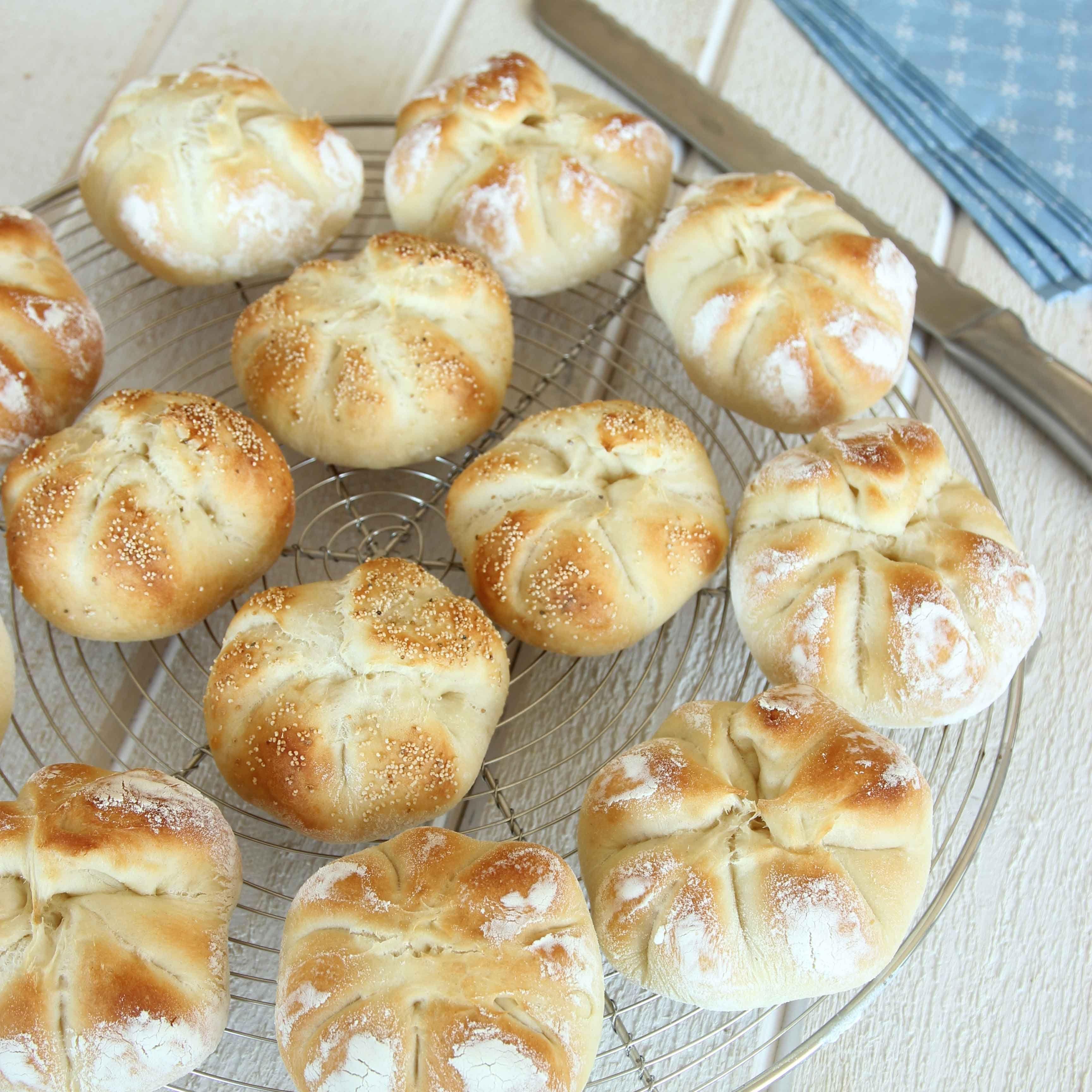 Små, vikta portionsbröd som är lyxiga att servera till festliga maträtter, på en buffé eller till frukost.
