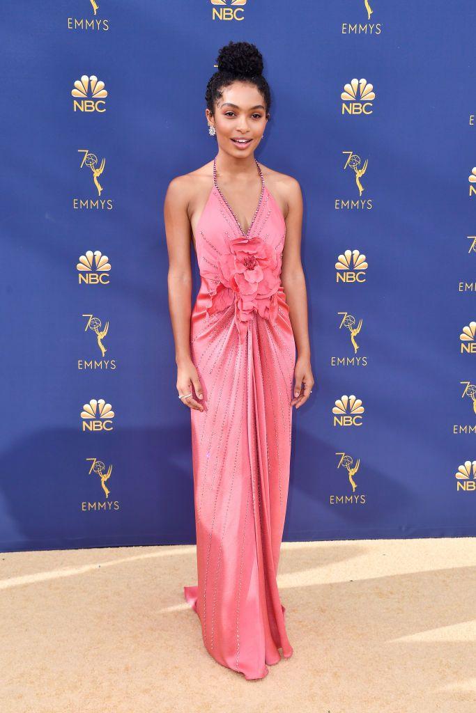robe de soirée rose halter orné de fleurs Yara Shahidi Emmys 2018