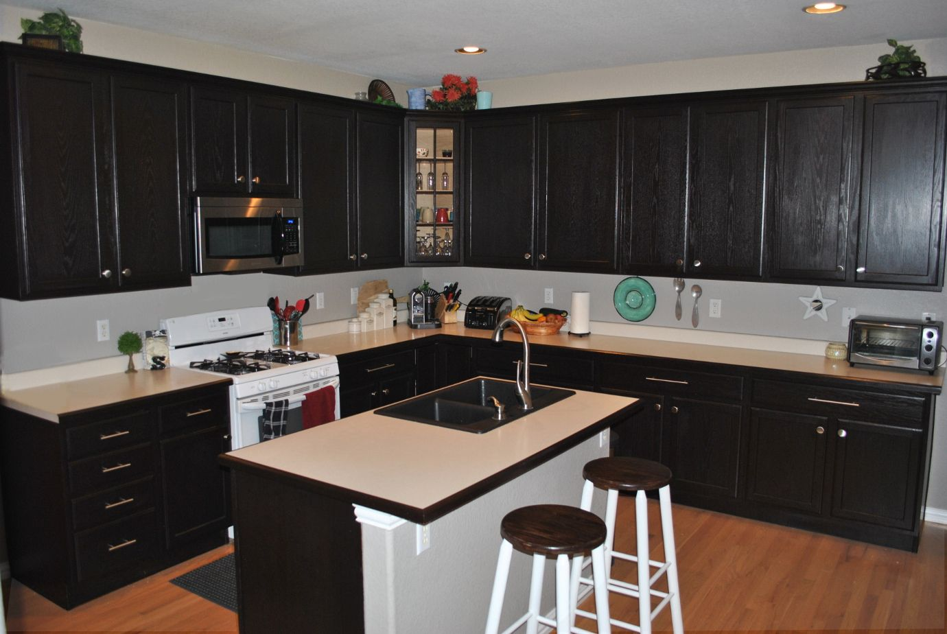 Java Stained Oak Cabinets With Light/honey Oak Floors. Can