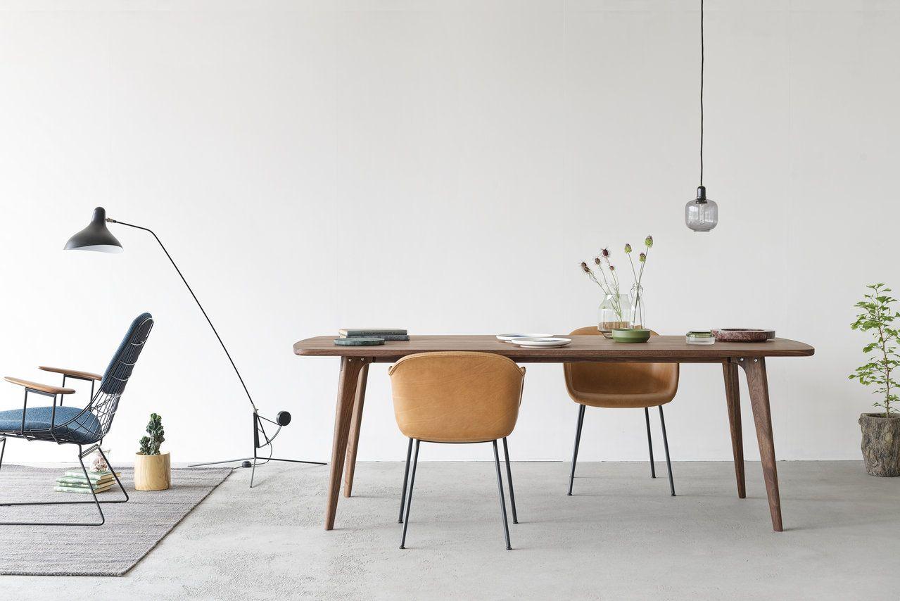 De fiber stoel van muuto in een prachtige cognac leren for Eettafel stoel leer