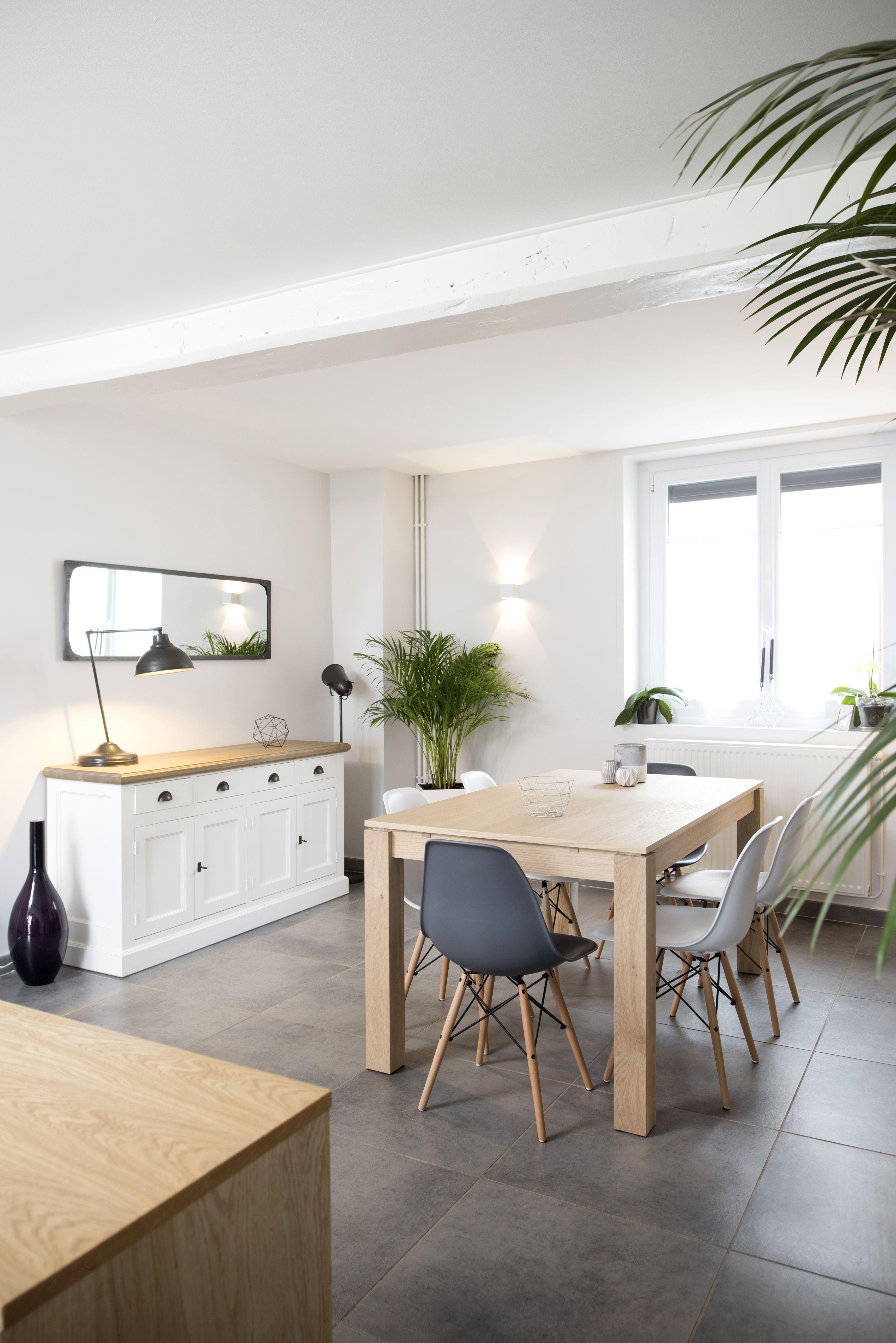 Salle à manger blanche et bois dans une maison familiale rénovée par larchitecte d
