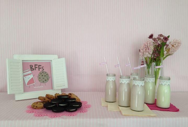 Und auch für den kleinen Durst bieten wir das passende: originale Milchflaschen mit Spitzenverzierung und gestreiften Strohhalmen.