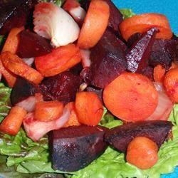 Pittige salade van geroosterde rode biet en wortel met vinaigrette van zwarte thee