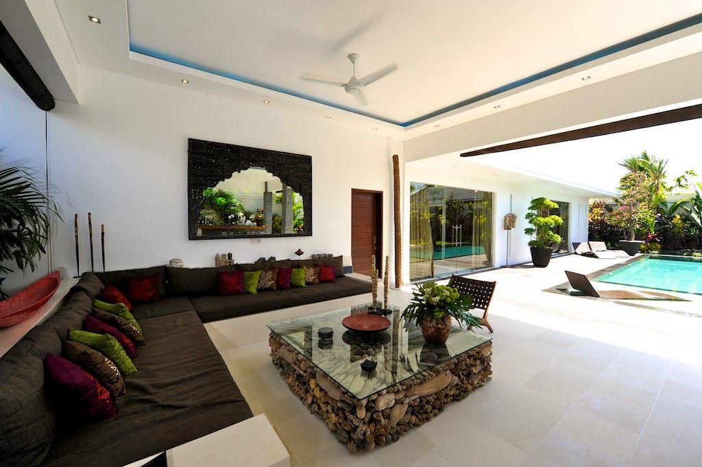 Ruang Tamu Luas Menghadap Ke Kolam Renang Villa Cantik