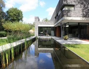 Moderne tuin met vijver gerealiseerd door puur groenprojecten