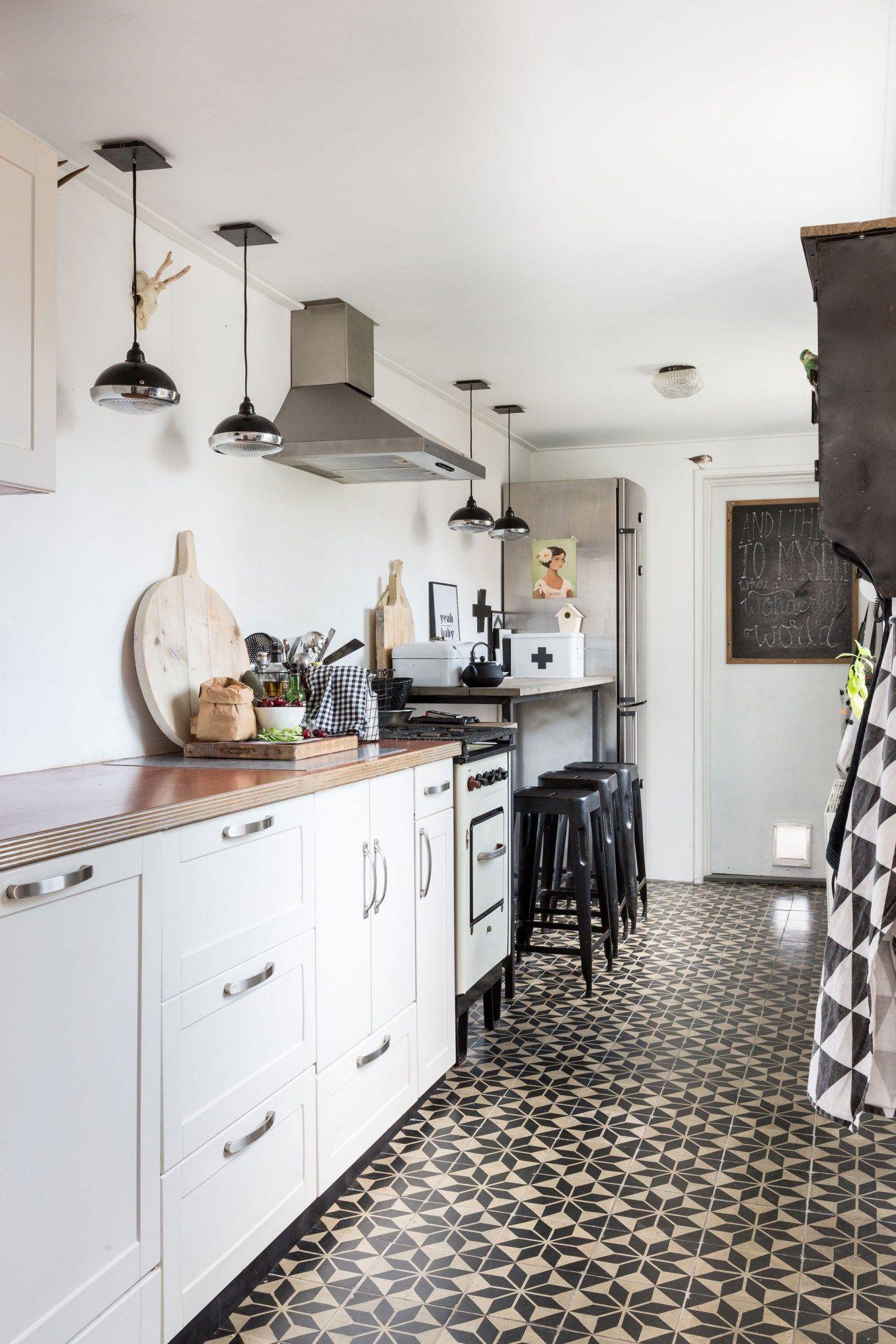 Küche in Schlauchform mit Barhockern und Bodenbelag als Eyecatcher ...