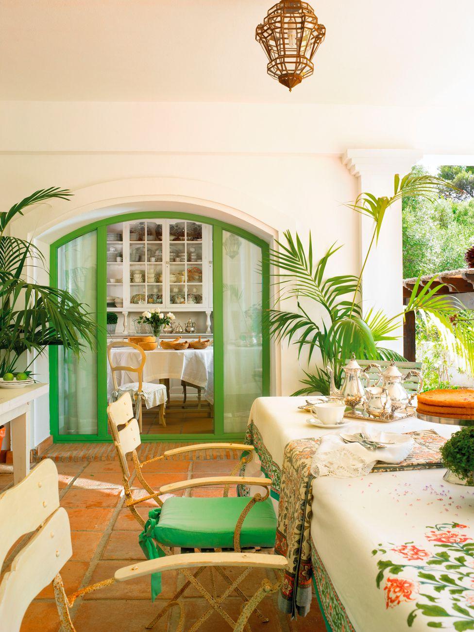 Porche con comedor exterior con mesas de fibra y colores for Combinaciones de pisos para casas