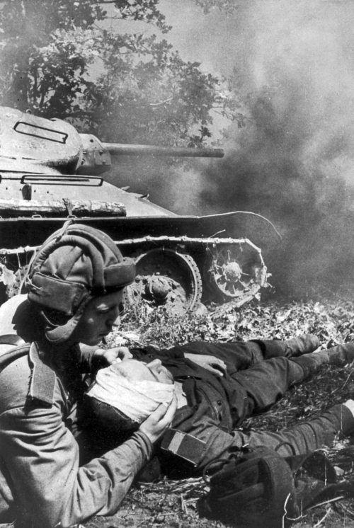 Перевязка раненого у тридцатьчетверки | Военные фотографии ...