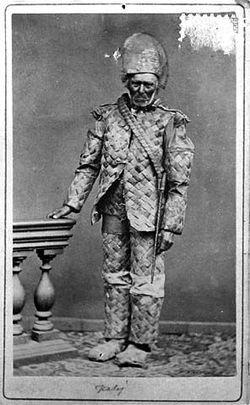Talollisen poika Juho Pietarinpoika Lankila Kalajoelta (synt. 3.1.1798) valokuvautti itsensä Oulussa vuonna 1878 pukeutuneena tuohesta valmistettuun pukuun. Kuvaaja: Museovirasto