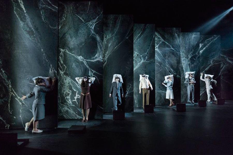 Nordisk Fjer.   Iscenesættelse: Rune David Grue  Scenografi og kostumer: Jonas Fly  Lysdesign: Clement Irbil
