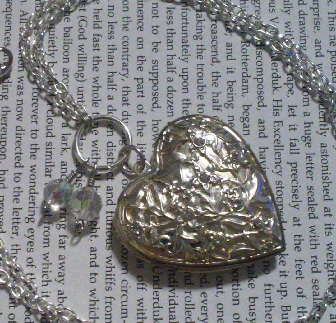 """Locket """"Floral Heart"""" Tin Vintage Necklace by DreamAddict on Etsy"""