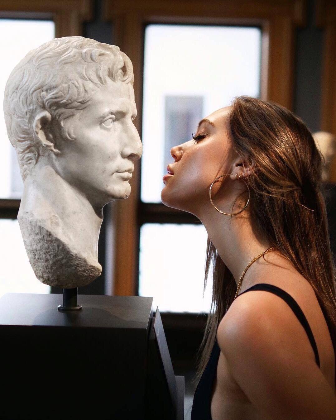 фото парень целует статую жаровню