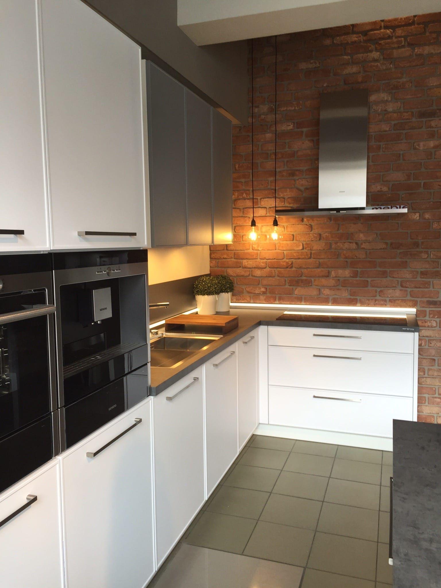 Beautiful Modern Kitchen With A Wall Of Bricks Kuchnia Ze Sciana Z Cegly Modern Kitchen Kitchen Kitchen Cabinets