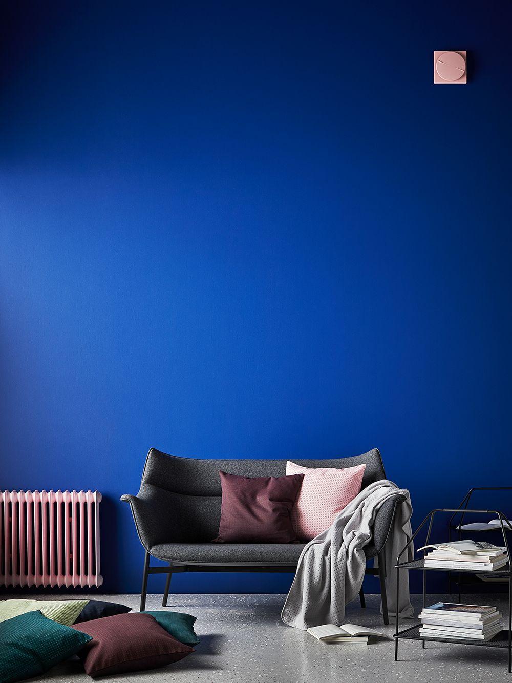 Wohnzimmer mit Königsblauer Wand. Das modern eingerichtete Zimmer ...