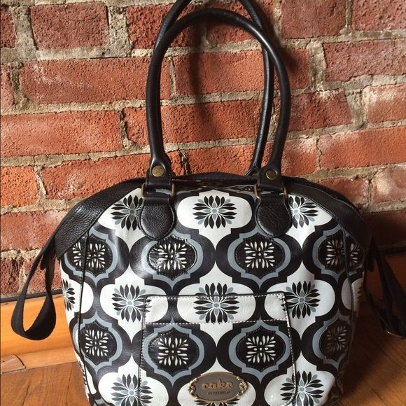 """Cake by Petunia Picklebottom Hampton Holdall Elegant tote carries like the high end purse and doesn't scream """"diaper bag"""" in the least bit. Both classic and on-trend, this black and grey print bag has only been carried a few times. In excellent condition. Lots of organizing compartments. Comes with the never-used coin purse, wipes case, and sleeper bag. Cake by Petunia Picklebottom Bags Baby Bags"""