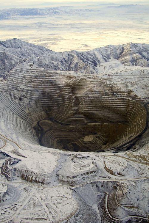Die Kennecott Copper's Bingham Canyon Mine.  Die Mine hat einen Durchmesser von  2 3/4-miles und ist  3/4-miles tief. Unglaublich!