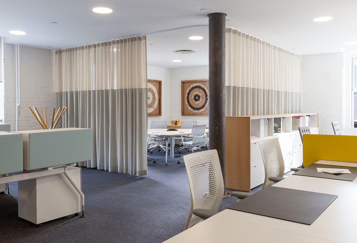 Akustik Vorhang Set : Mit maßangefertigten innenliegenden akustikvorhängen werden