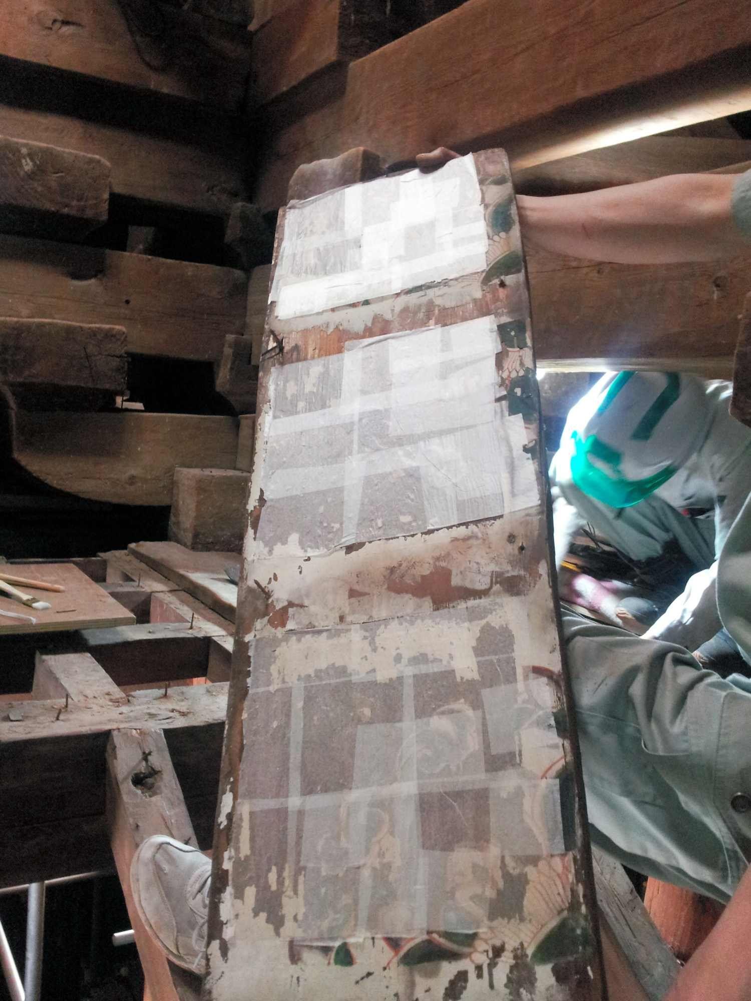 初層 1階 の天井から取り外された板には 極楽の花 宝相華が描かれていた 1300年前の色彩を残す貴重な資料として 表面を薄紙で養生した上で慎重に扱われた 2013年5月31日 小滝ちひろ撮影 28 31 薬師寺東塔の解体修理 朝日新聞デジタル 薄紙