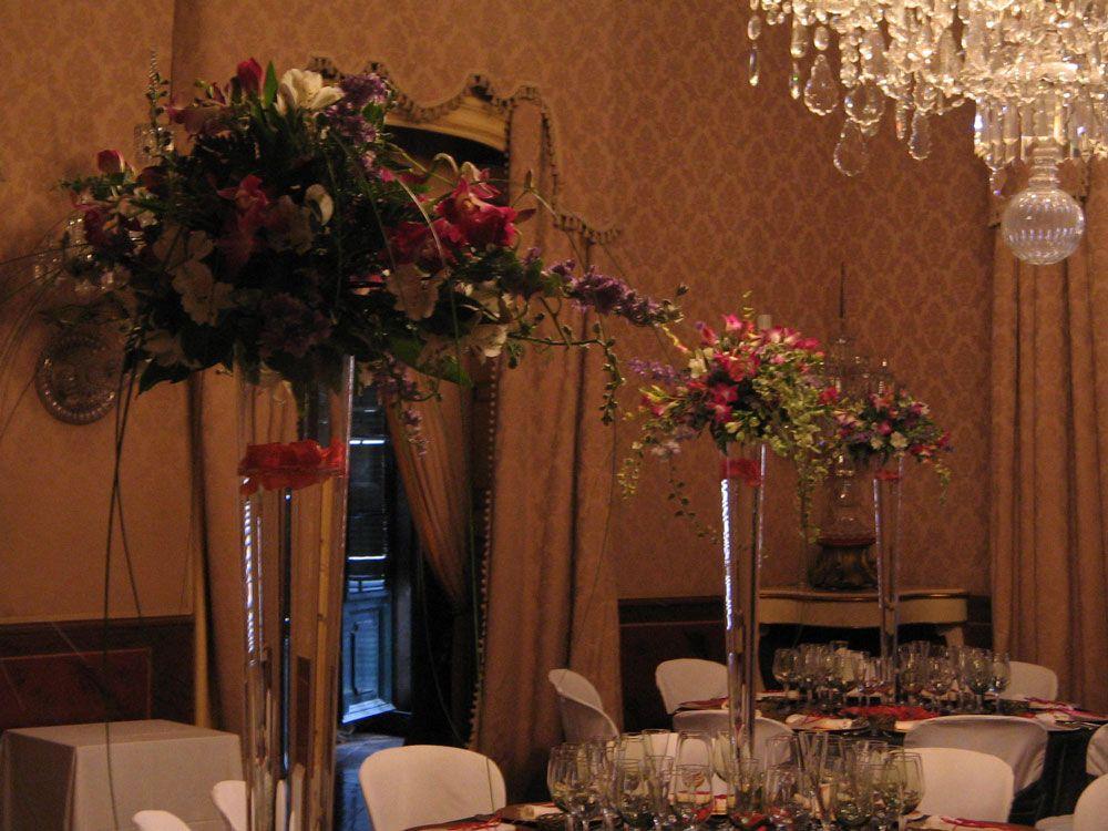 Centros de mesa en jarrones altos de cristal para una boda en Barcelona | Centro floral primaveral en lo alto de un jarron de cristal con pétalos flotando para una boda en Palau Moxó de Barcelona #lafloreria #centrosflorales #boda #floresblancas #barcelona #novias #bodas #weddings #centerpices #springcentepices ♥ ♥ La Floreria ♥ ♥ para descubrir nuestras creaciones visita la web: www.lafloreria.net/ ♥