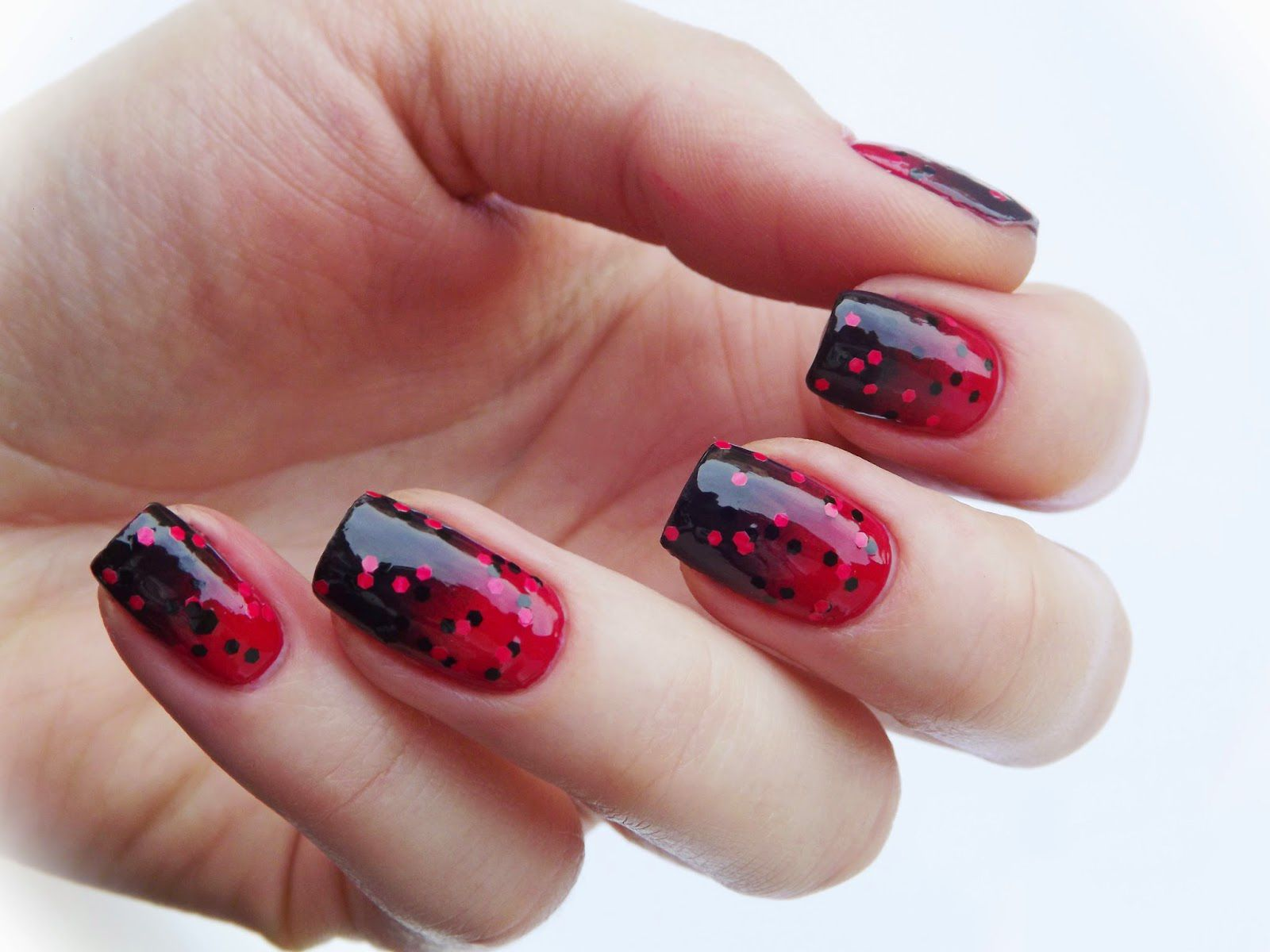 Uñas de color rojo con glitter de color negro   NailsNAILSNaILS ...