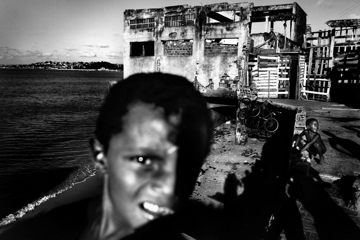 Visa pour l'image :  Copyright Sebastian Liste : travail sur les habitants d'une chocolaterie abandonnée du centre de Salvador de Bahia (Brésil).