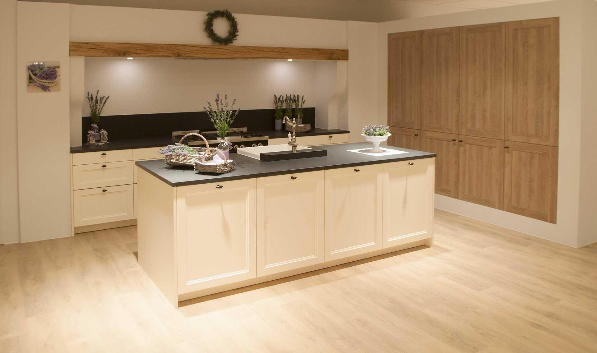 Landelijk Keuken Taupe : Landelijke lichte keuken met graniet. deze landelijk keuken heeft