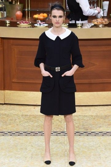5d5a0257f671 Abito nero con colletto bianco Chanel